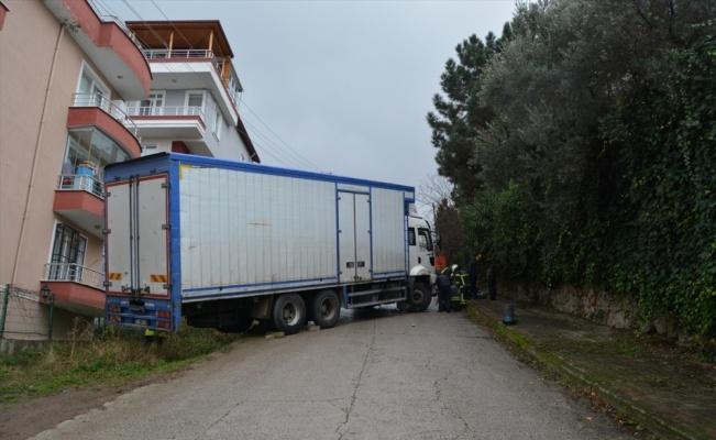 Yokuşu çıkamayan kamyonun imdadına itfaiye ekipleri yetişti