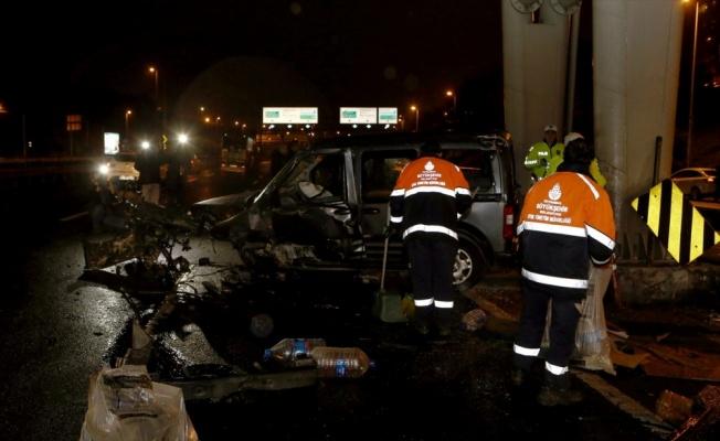 Bariyerlere çarpan otomobilin sürücüsü ağır yaralandı