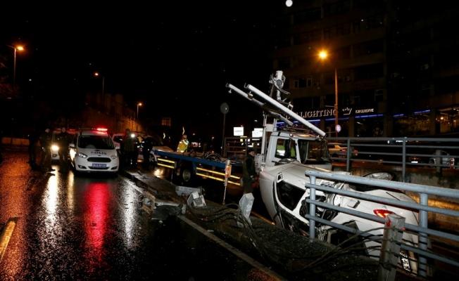 Beyoğlu'nda takla atan otomobildeki 3 kişi yaralandı