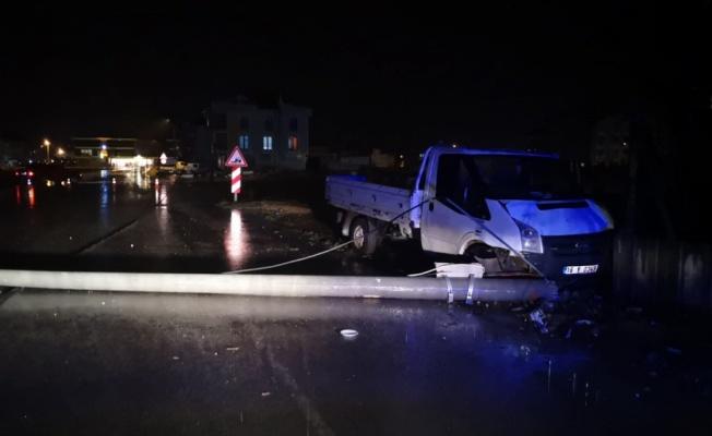Bursa'da enerji nakil direğine çarpan kamyonetteki 2 kişi yaralandı