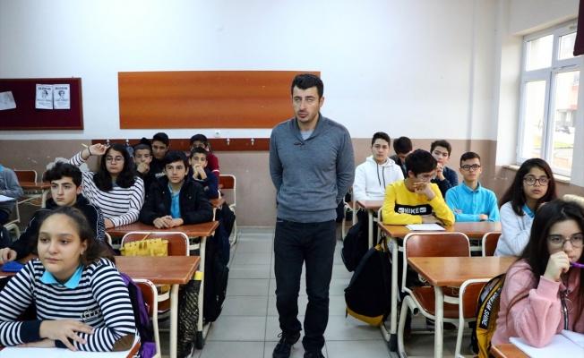 Öğrencilerinin sevgisi görme engelli Mehmet öğretmene ışık oluyor