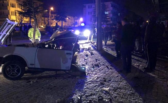 Otomobil çarpışmanın etkisiyle ikiye bölündü