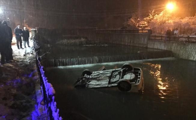 Sakarya'da çaya düşen otomobildeki 2 kişi yaralandı