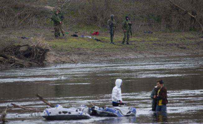 Yunan askerinin izin vermediği göçmenler nehir ortasında kaldı