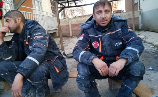 AFAD ekibi, Elazığ depreminde birbirine sarılmış anne ve oğlunu unutamıyor