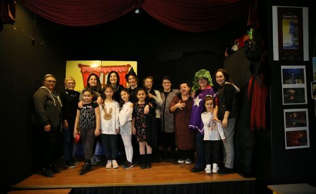 Anneler kurdukları tiyatro grubuyla sahnenin tozunu atıyor