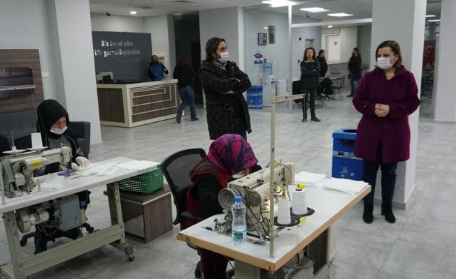 İzmit Belediyesi steril maske üretimine devam ediyor