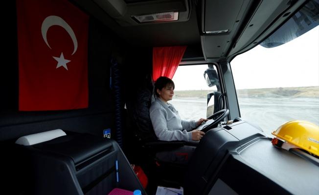 Kadın kamyon şoförleri maden ocağında direksiyon başında