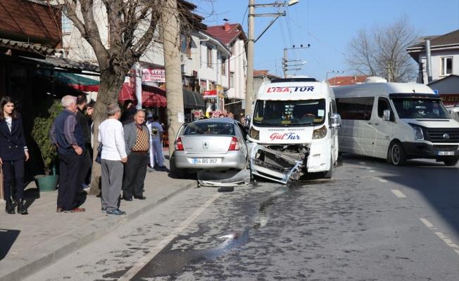 Okul servisi ile otomobil çarpıştı: 4'ü çocuk 6 yaralı