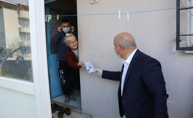 Başkan Bıyık, kapı kapı gezerek ücretsiz maske dağıttı