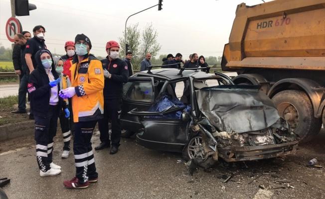 Kamyon otomobil ile çarpıştı: 1 ölü, 3 yaralı