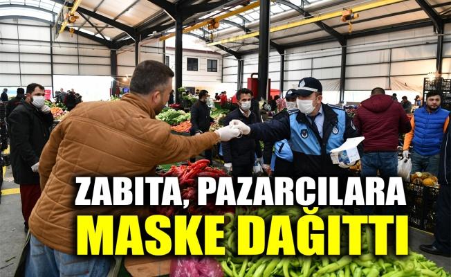 Zabıta, pazarcılara maske dağıttı
