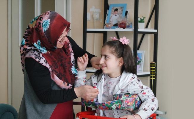 11 yaşındaki kızının ayağa kalkması için tek başına mücadele veriyor