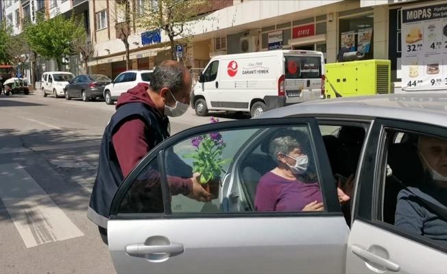 Gebze'de polislerden 65 yaş üzerindeki annelere çiçek