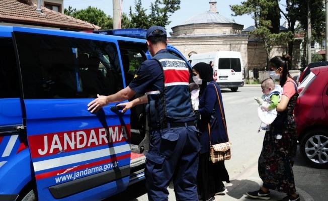 Jandarma ekipleri 2 bebeği aşı yaptırmaya götürdü