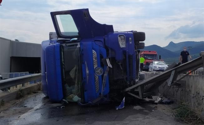 Karpuz yüklü tır kaza yaptı: 1 yaralı