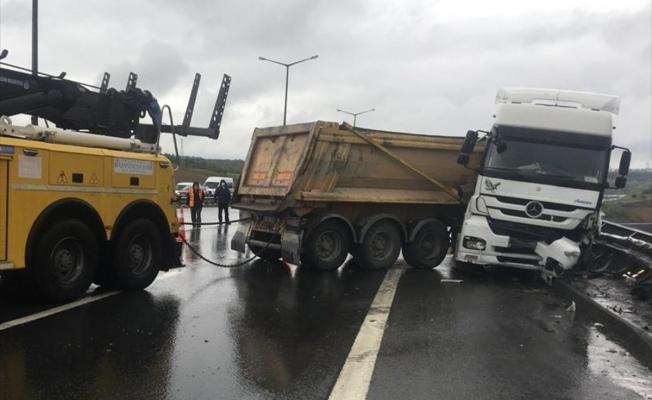 Kontrolden çıkan hafriyat kamyonu bariyerlere çarparak durabildi