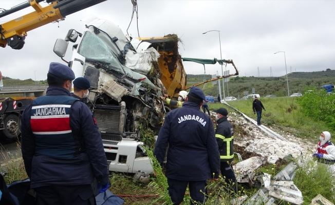 Otoyolda devrilen tırın sürücüsü hayatını kaybetti
