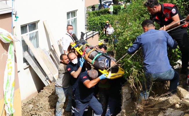 Toprak altında kalan 2 işçi kurtarıldı