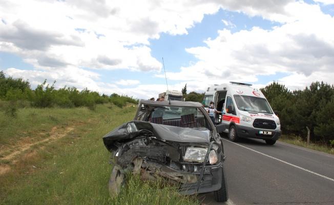 Traktörle çarpışan otomobilin sürücüsü yaralandı