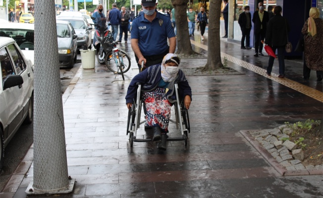 Polisten engelli kadına yardım eli