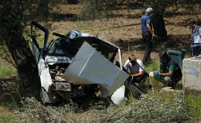 Ağaca çarpan otomobilin sürücüsü ile kayınpederi hayatını kaybetti