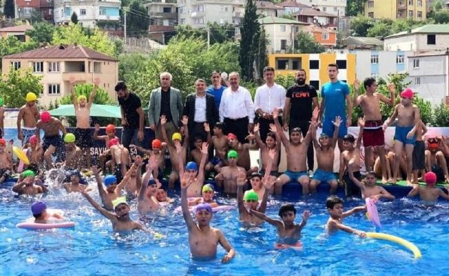 Dilovalı çocukların havuz keyfi