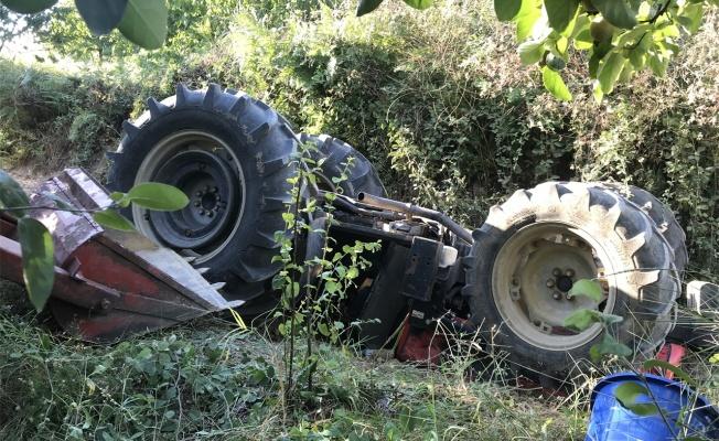 Traktörün altında kalan baba ve oğlu yaralandı