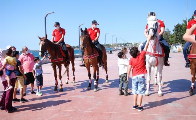 Atlı polisler, sahilde vatandaşları koronavirüse karşı uyardı