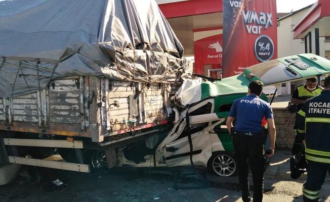 Kocaeli'de hafif ticari araç kamyona çarptı: 1 ölü, 1 yaralı