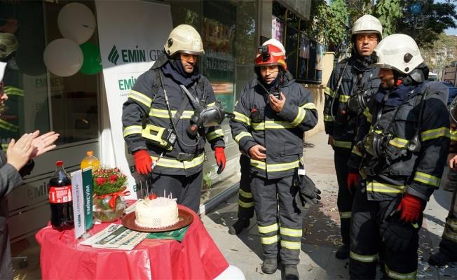 Yangın ihbarına çıktılar, pastayla karşılandılar