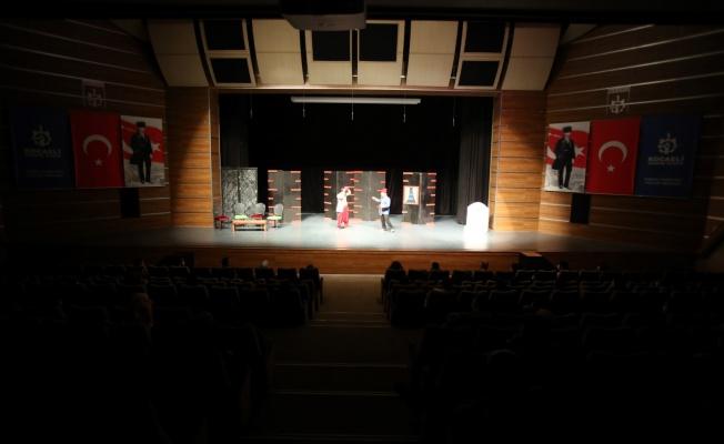 Gebzeliler 'Damat Adayları' oyununu ilgi ile seyretti