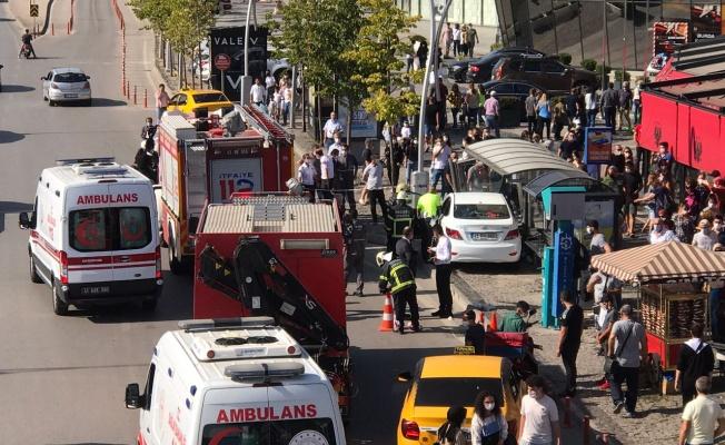 Kocaeli'de otomobil otobüs durağına çarptı: 4 yaralı