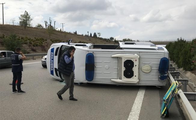 Otomobilin arkadan çarptığı ambulans devrildi: 5 yaralı