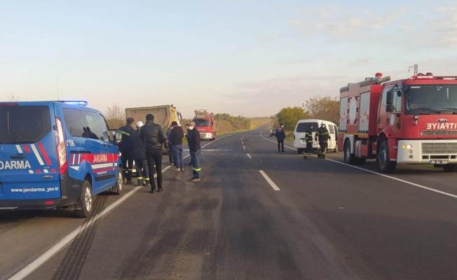 Minibüsle kamyon çarpıştı: 1 ölü, 2 yaralı