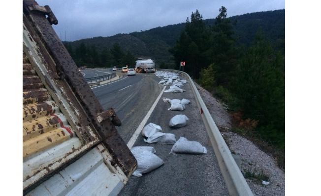 Şeker pancarı yüklü kamyon devrildi 2 kişi yaralandı
