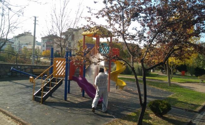 Çayırova'da parklar dezenfekte edildi, caddeler yıkanıyor