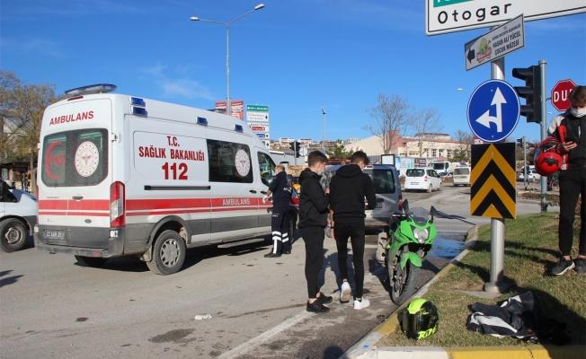 Ehliyetsiz sürücünün kullandığı araç motosiklete çarptı: 1 yaralı