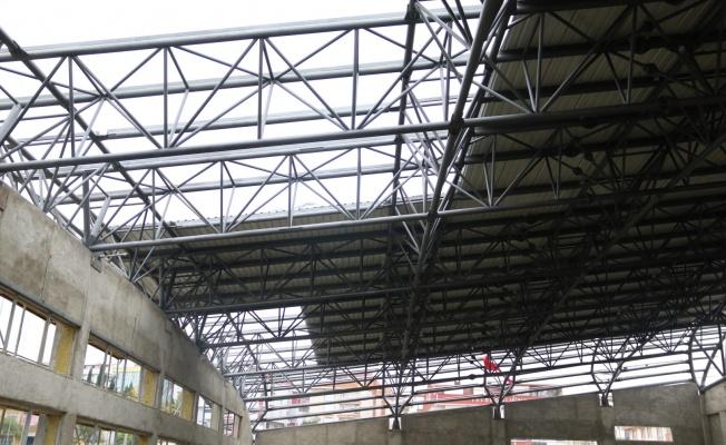 Gebze'deki yüzme havuzunda çatı montajı yapılıyor