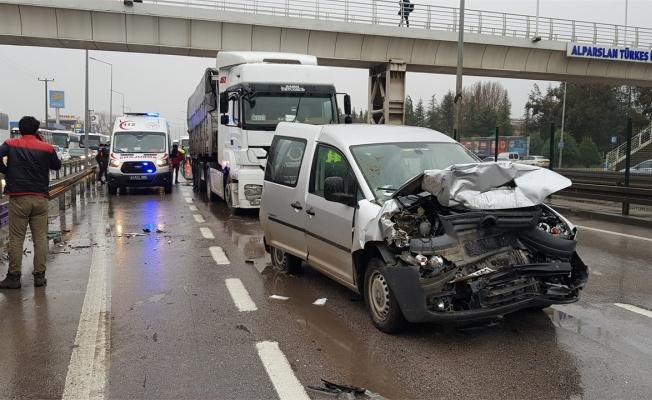 Kocaeli'de 5 aracın karıştığı zincirleme trafik kazası: 8 yaralı