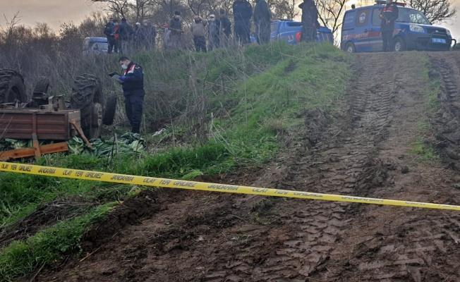 Devrilen traktörün altında kalan baba ve oğlu öldü