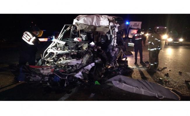 İşçi servisi yapan minibüs tıra çarptı: 2 ölü, 10 yaralı
