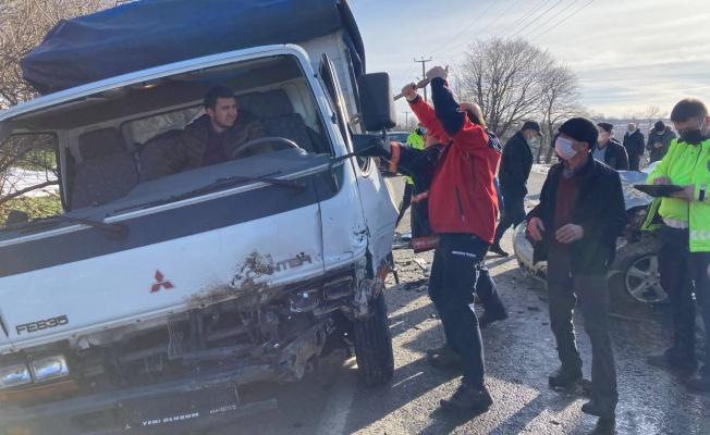 Otomobille çarpışan kamyonette sıkışan sürücüyü itfaiye kurtardı
