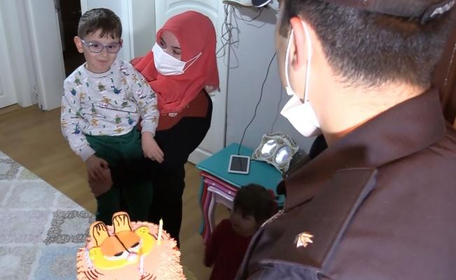 Polisten serebral palsi hastası çocuğa sürpriz doğum günü kutlaması