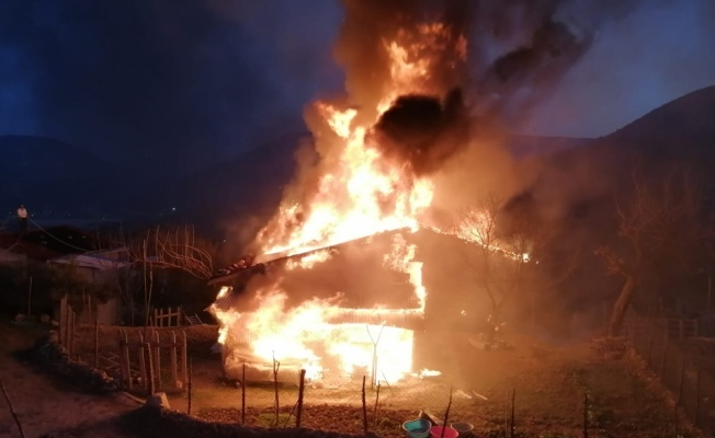 Bilecik'te tek katlı ahşap ev yandı