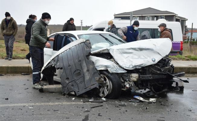 İki otomobilin karıştığı kazada 3 kişi yaralandı