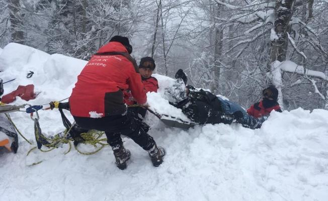 Kocaeli'de kayak yaparken pistten çıkarak karda mahsur kalan turisti JAK timi kurtardı
