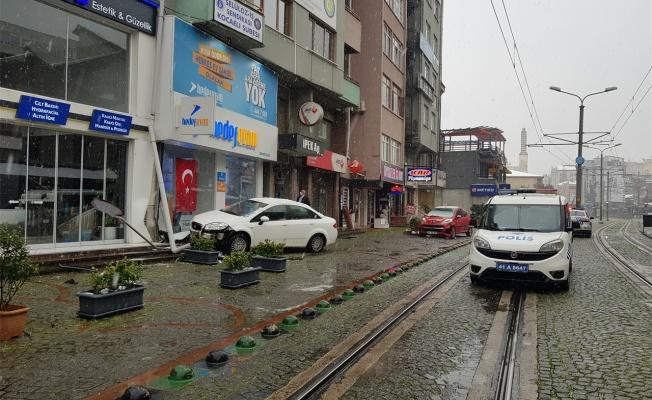 Kocaeli'de otomobil, iş yerinin vitrinine çarptı: 1 yaralı