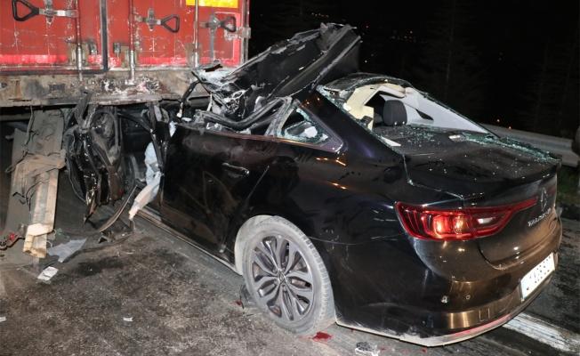 Kocaeli'de otomobil tıra arkadan çarptı:1 ölü, 1 yaralı