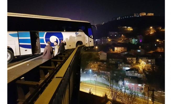 Kocaeli'de refüje çarpan otobüs viyadükte asılı kaldı: 6 yaralı